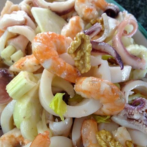 Insalata di mare con noci, sedano e finocchio