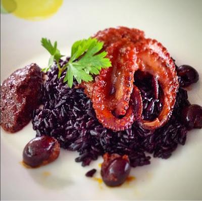 Riso venere con polpetti alla luciana e quenelle di olive nere di Gaeta