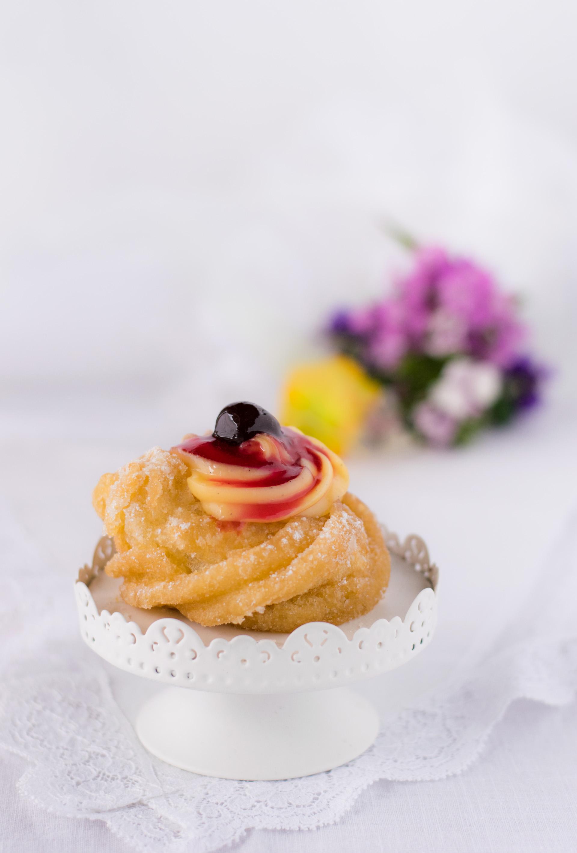 zeppole-fritte-di-san-giuseppe-con-crema-e-amarena