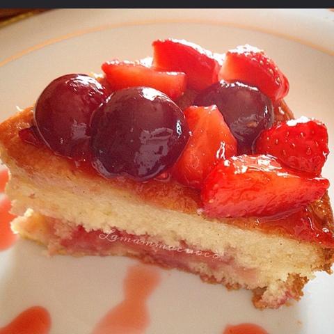 Torta morbida ai semi di vaniglia, fragole, ciliegie e alchermes