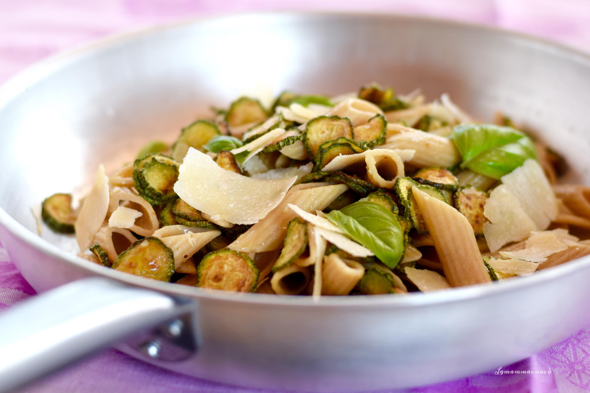 Penne integrali fredde – con zucchine e scaglie di parmigiano