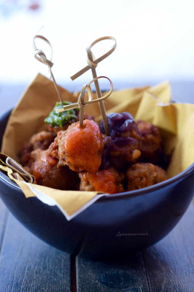 Polpette fritte con uva passa e pinoli - alle tre salse
