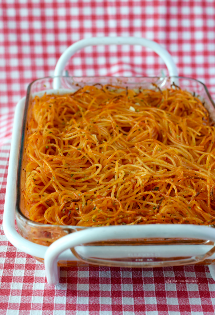 Spaghetti al forno croccanti con pomodoro e origano