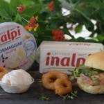 Panino brioche con tartare di gambero rosso e seppia – con anelli di cipolla fritti