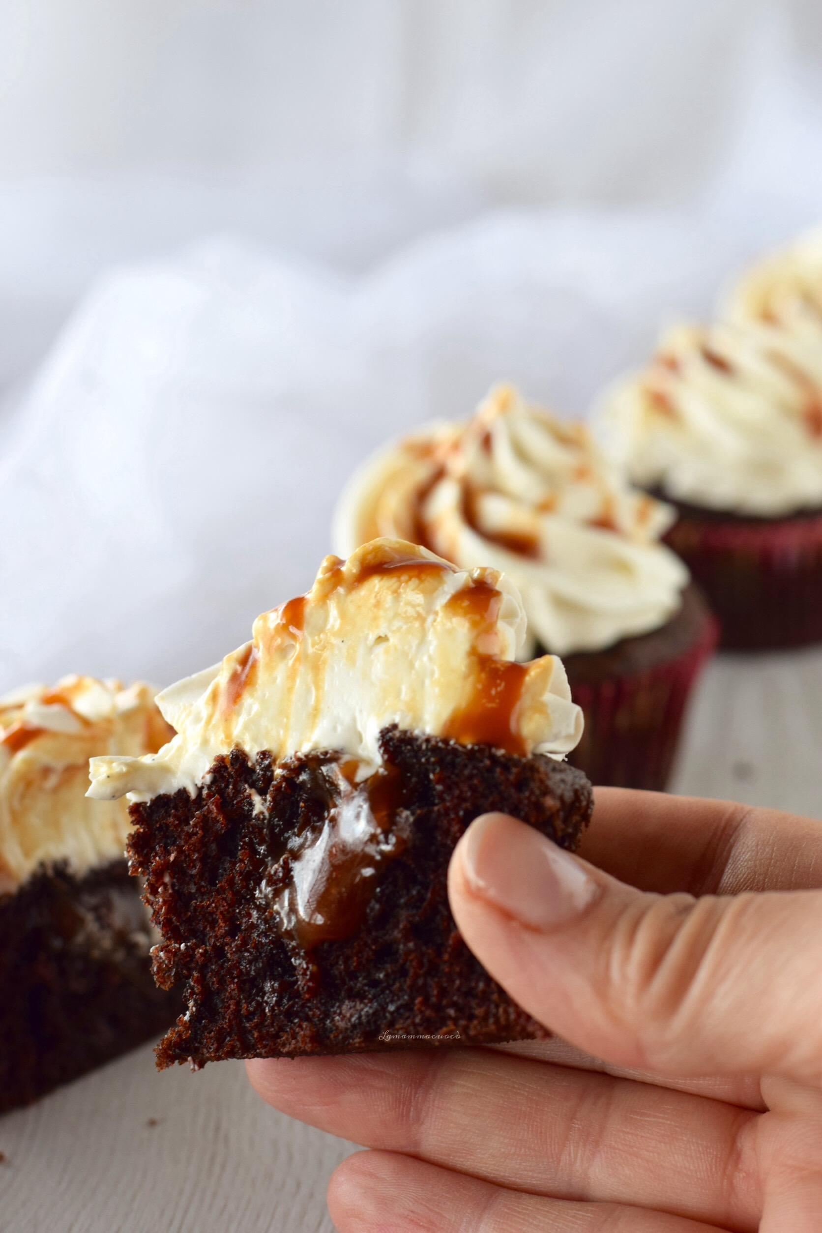 Cupcake doppio cioccolato frosting al latte e topping salsa mou