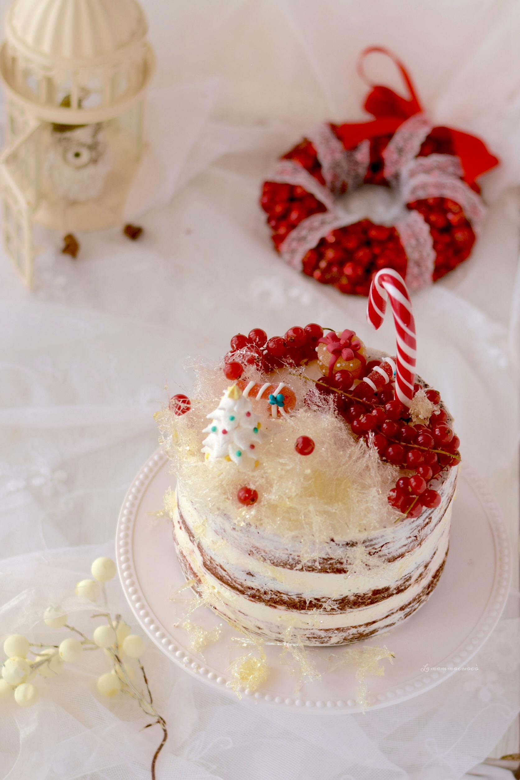 red velvet con frosting alla vaniglia e zucchero filato