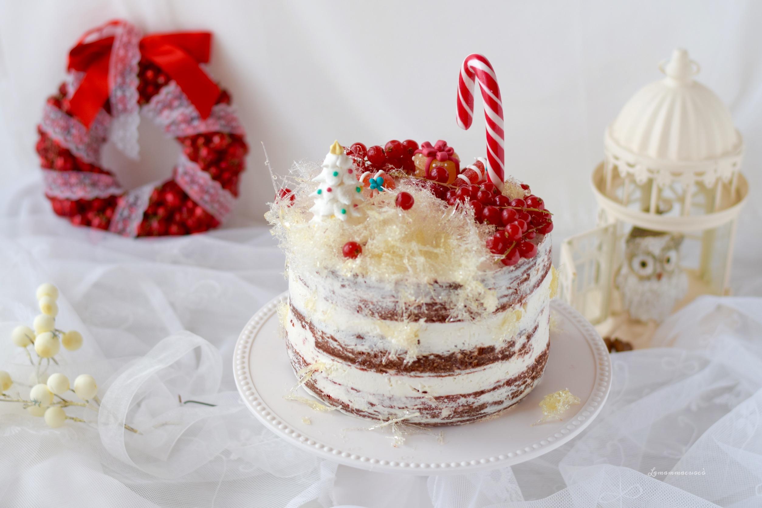red velvet naked cake con frosting alla vaniglia e zucchero filato fatto in casa